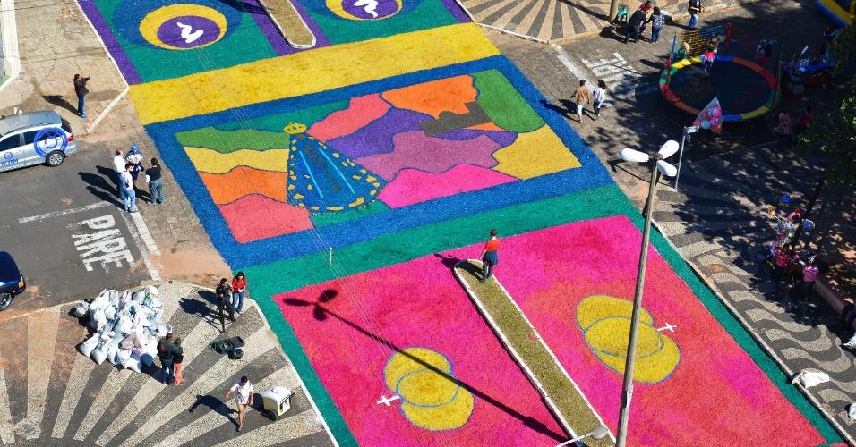 15.jun.2017 - Em Vera Cruz (SP), um enorme tapete de Corpus Christi é confeccionado por fiéis; neste ano, tapetes trazem imagens de Nossa Senhora Aparecida em comemoração aos 300 anos da aparição da imagem