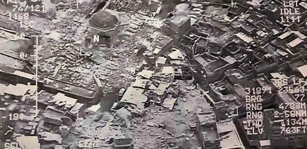 21.jun.2017 - Imagem aérea mostra a destruição da Grande Mesquita al-Nuri e do minarete de Hadba, em Mosul, no Iraque