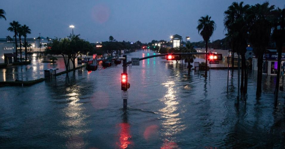 27.ago.2017 - Rua alagada na região de Meyerland, em Houston, onde as águas chegaram perto dos telhados das casas com a passagem da tempestade Harvey