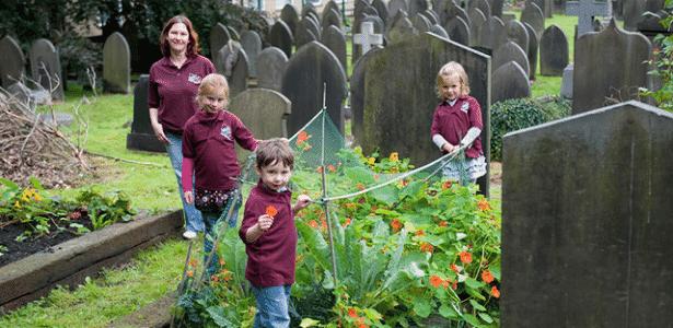 Voluntários do Incredible Edible usam espaço no cemitério de Todmorden  - Divulgação  - Divulgação