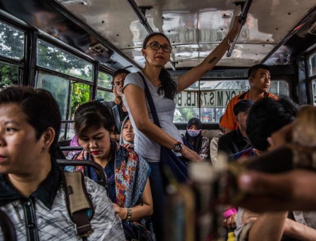 Tunggal Pawestri, ativista feminina, durante uma viagem em ônibus público em Jacarta, na Indonésia