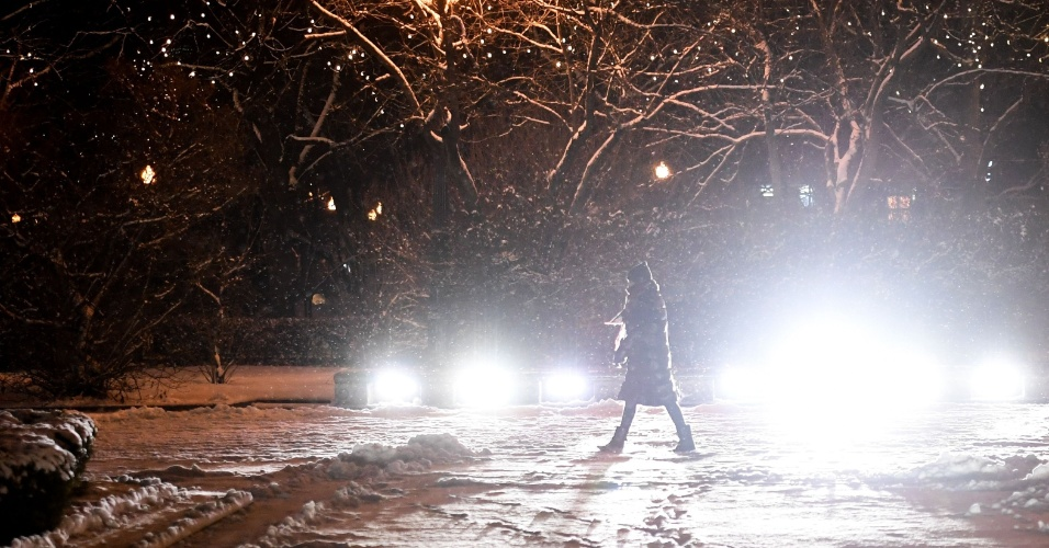 11.jan.2018 - Uma mulher anda no Gorky Central Park durante uma nevasca em Moscou