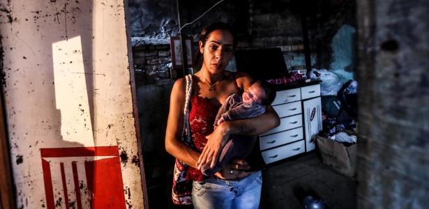 Jéssica Monteiro, 24, com seu bebê de nove dias, é fotografada na ocupação em que vivia no Brás, região central da capital paulista - Gabriela Biló/Estadão Conteúdo