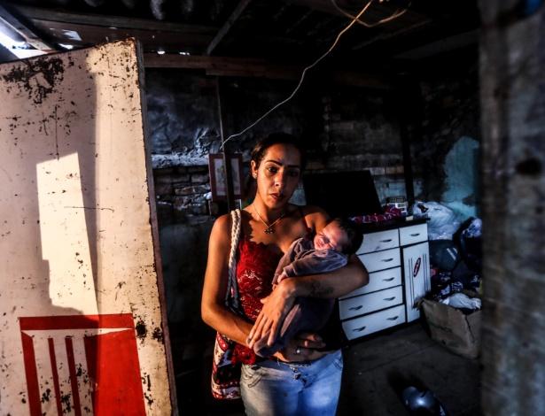 Jéssica Monteiro, 24, com seu bebê de nove dias, é fotografada na ocupação em que vivia no Brás, região central da capital paulista