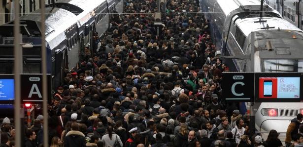 Multidão se aglomera em vias da estação de trem Gare de Lyon, em Paris, durante paralisação