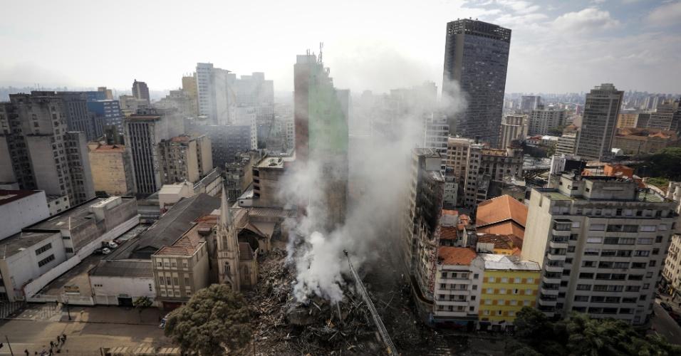 1º.mai.2018 - Foto aérea mostra o raio de destruição provocado pelo desabamento do prédio de 24 andares que pegou fogo no centro de São Paulo