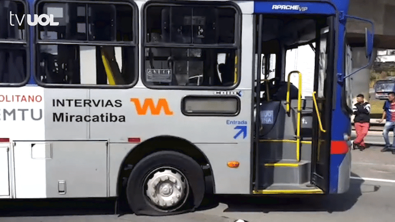 Manifestantes esvaziam pneu de ônibus intermunicipal que tentava passar pela rodovia Régis Bittencourt, sentido São Paulo, perto do Rodoanel