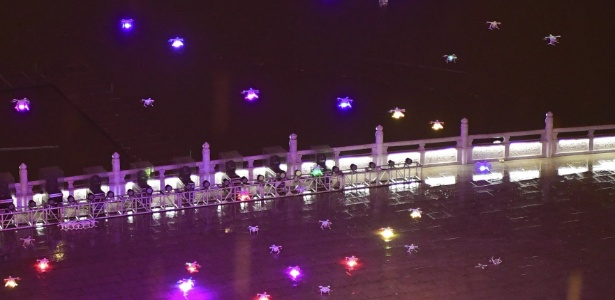 """Enxame de drones pousa no chão depois de uma performance noturna em Xi""""an, capital da província de Shaanxi, noroeste da China - Shao Rui/Xinhua"""