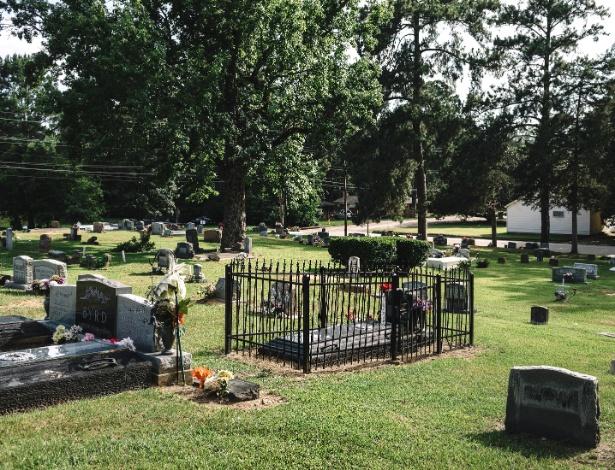 Cerca de ferro forjado envolve o túmulo de James Byrd Jr., no cemitério de Jasper, no Texas