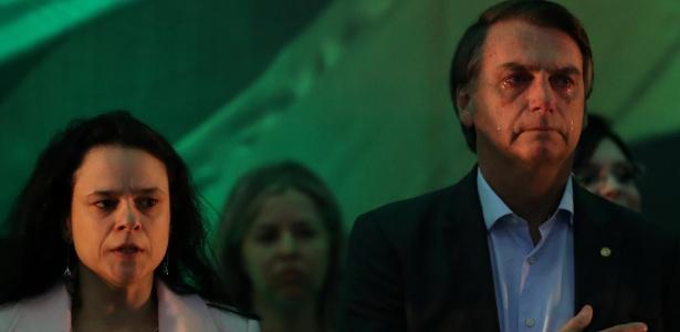 Ao lado de Janaina Paschoal, Bolsonaro chora durante execução do hino