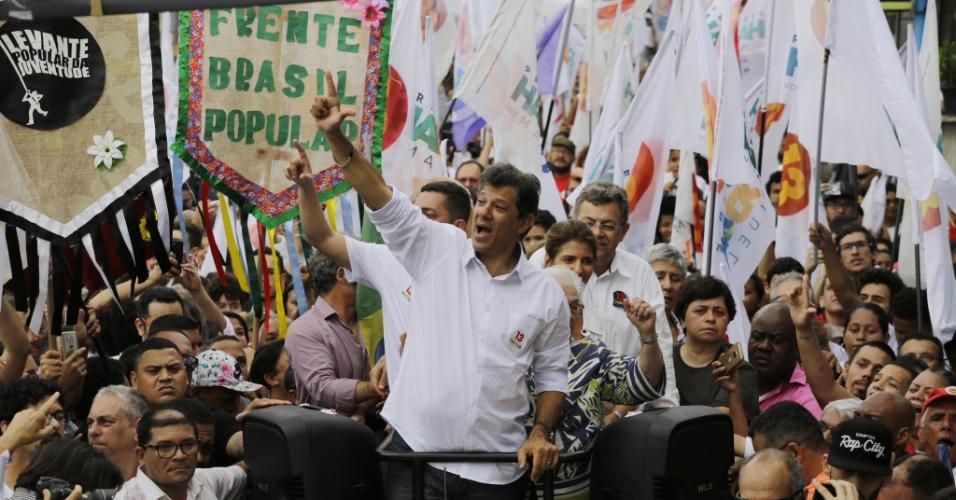 O candidato a presidência pelo PT Fernando Haddad, em campanha pelo bairro de Heliópolis, zona sul de São Paulo, durante a manhã de sábado, 27
