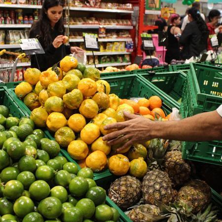 Clientes fazem compras em supermercado do Cambuci, na região central de São Paulo - Ananda Migliano/ Ofotográfico
