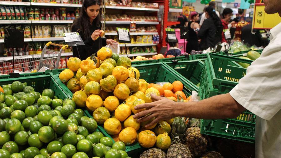 Consumidores fazem compras em supermercado do Cambuci, na região central de São Paulo - Ananda Migliano/ Ofotográfico