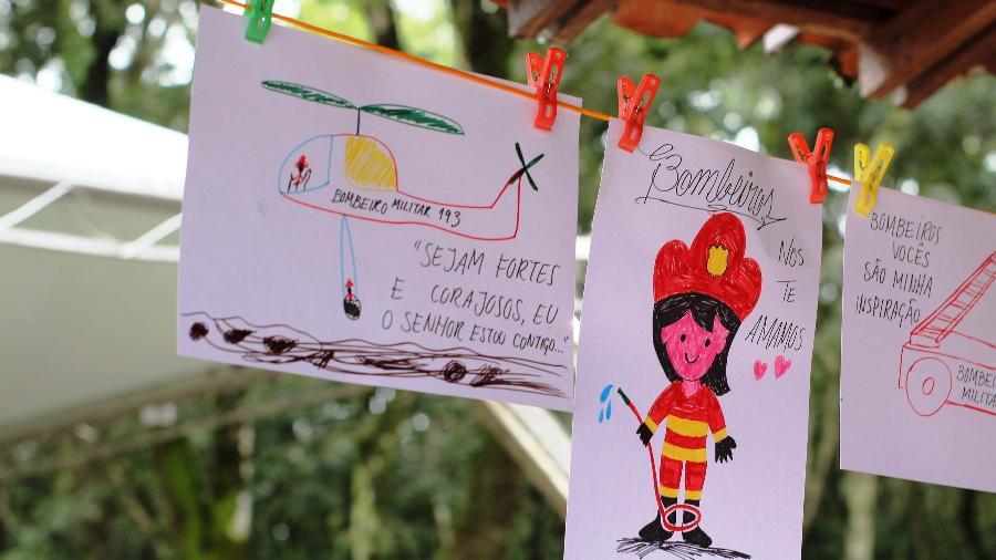 Varal com cartazes em ponto de busca do Corpo de Bombeiros - Roberio Fernandes/Estadão Conteúdo