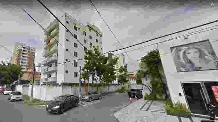 Imagens mostram região do prédio que desabou; à direita, está uma loja de roupas que foi atingida pelos escombros - Google Street View