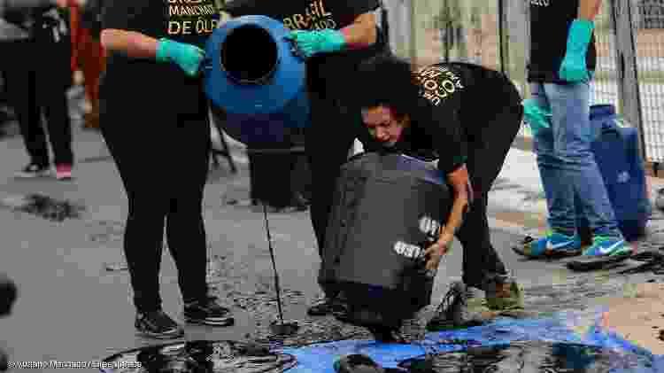 Ativistas jogam mistura de tinta e óleo em frente à sede da Presidência - Adriano Machado
