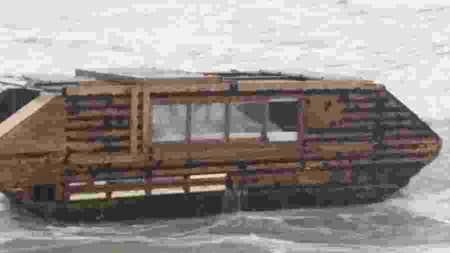 Barco feito de madeira e com painéis solares viajou 3 mil km do Canadá à Irlanda - Divulgação/Ballyglass Coast Guard Unit