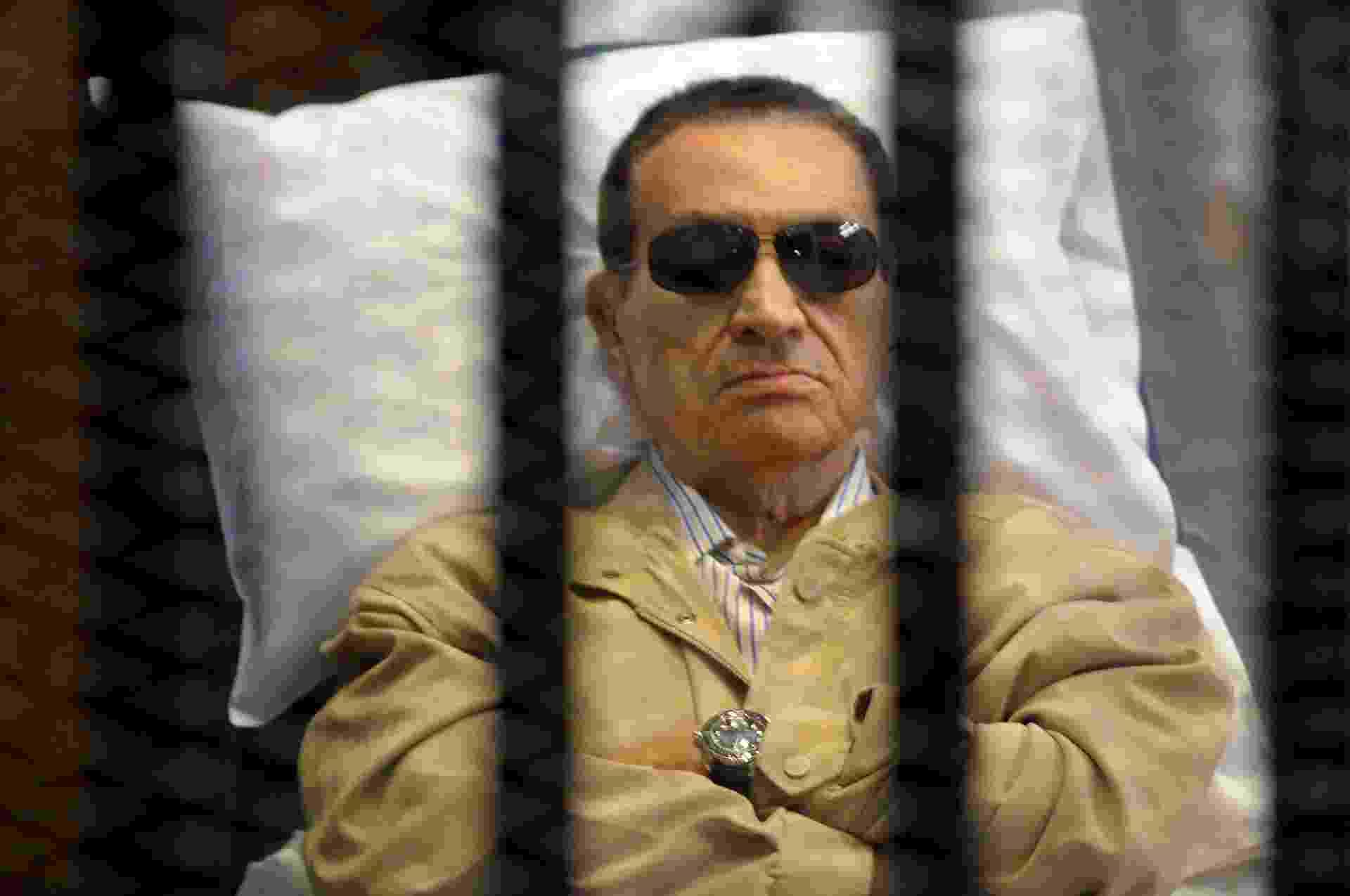 2.jun.2012 - O ex-ditador Hosni Mubarak ouve, de dentro de uma jaula, sua sentença de prisão perpétua pela morte de manifestantes em 2011. Posteriormente, ele foi absolvido - AFP