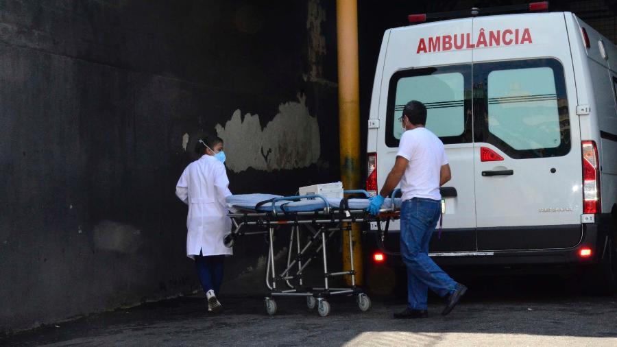 15.abr.2020 - Profissionais de saúde carregam maca em frente ao Hospital Municipal Salgado Filho, no Rio de Janeiro - Marcos Vidal/Futura Press/Estadão Conteúdo