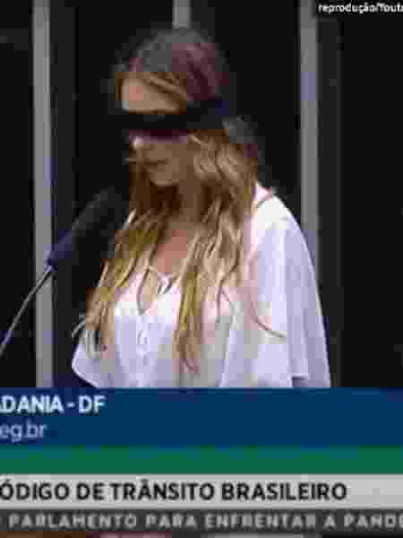 Paula Belmonte leu um discurso com olhos vendados em tribuna no plenário da Câmara - Reprodução/TV Câmara/YouTube