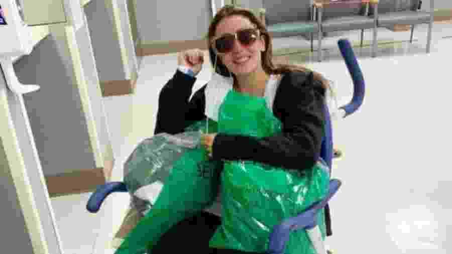 Marta Bustos no dia em que deixou o hospital; as córneas da jovem foram queimadas com a soda cáustica - Reprodução/Instagram