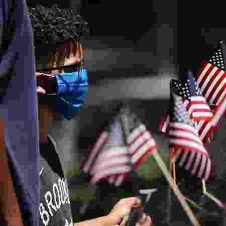 4.jul.2020 - Garoto de máscara próximo ao Memorial do 11 de Setembro, em Nova York, nos Estados Unidos - Spencer Platt/Getty Images/AFP