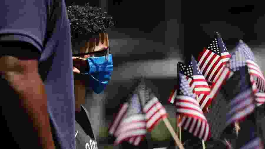 Garoto de máscara próximo ao Memorial do 11 de Setembro, em Nova York, nos Estados Unidos - Spencer Platt/Getty Images/AFP