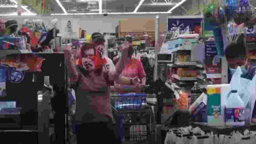Casal é flagrado usando máscaras nazistas em supermercado - Reprodução