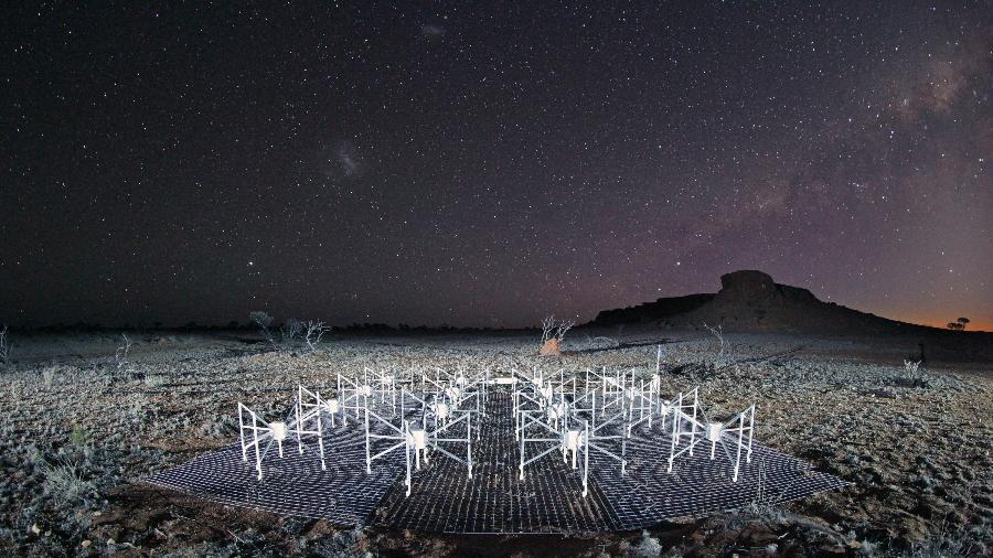 Algumas das antenas do radiotelescópio MWA à noite, na Austrália - MWA/Dr John Goldsmith