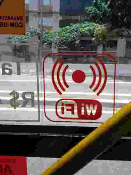 Adesivo indica a existência de wi-fi em linha de ônibus no corredor Nove de Julho, no centro de São Paulo - Marcelo Oliveira/UOL - Marcelo Oliveira/UOL