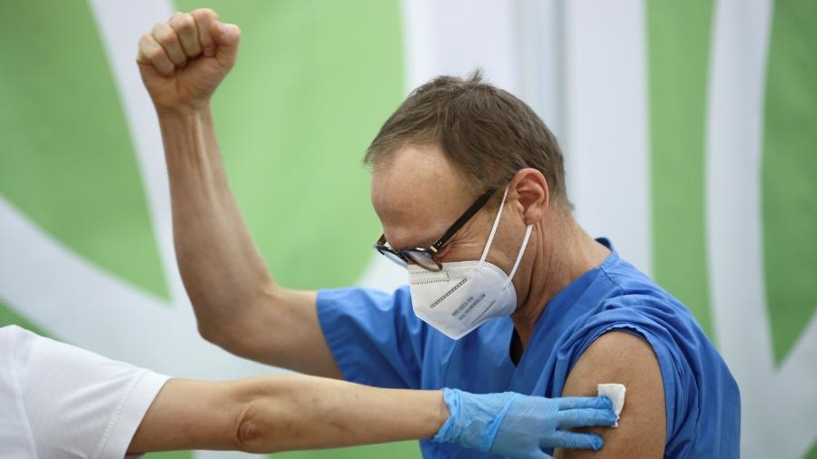 Na Áustria, um profissional de saúde comemora após receber dose da vacina Pfizer/BioNTech contra a covid-19 - REUTERS/Lisi Niesner