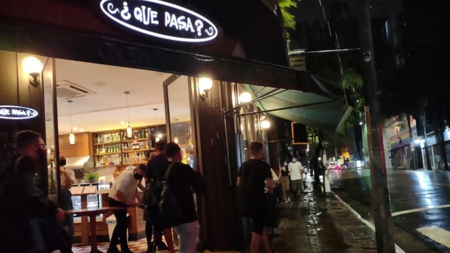 25.jan.2021 - Bar na rua Augusta, centro de São Paulo, aberto após as 20h, apesar de restrições impostas pelo governo para estar funcionando apenas serviços essenciais - Arthur Stabile/UOL