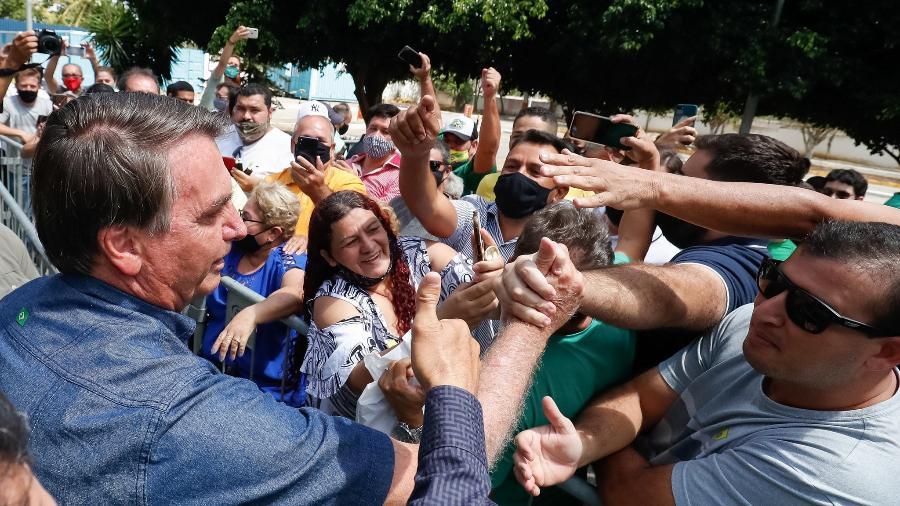 19.fev.2021 - Sem máscara, presidente Jair Bolsonaro causa aglomeração em Campina Grande (PB) - Alan Santos/PR