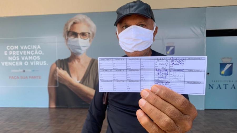 O aposentado João Maria Fernandes, 70, ainda não conseguiu sua 2ª dose da vacina, apesar de já ter passado o prazo - Mariana Ceci/UOL