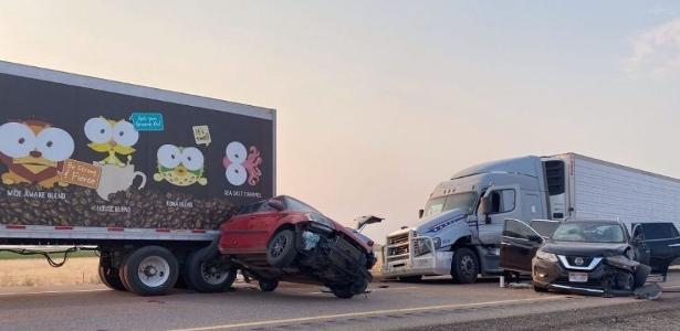 Colisão de veículos | Tempestade de areia causa acidentes e faz oito vítimas