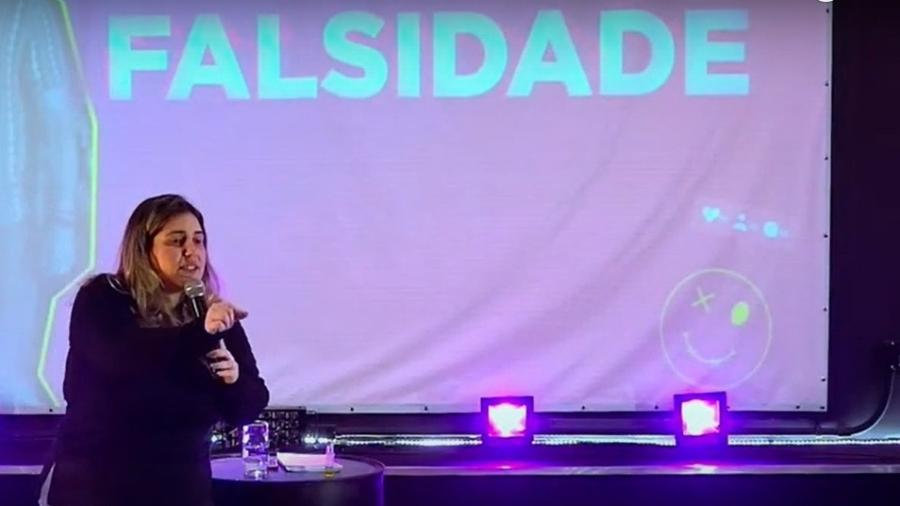 """Karla Cordeiro, líder religiosa da Igreja Sara Nossa Terra, em Nova Friburgo, durante transmissão a crianças e jovens em que disse para parar """"de querer ficar postando coisas de gente preta, de gay"""" - Reprodução"""