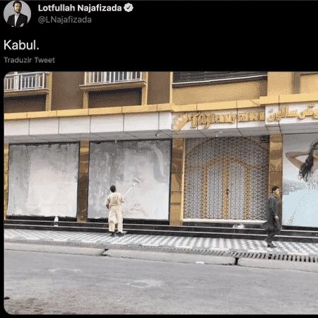 O jornalista Lotfullah Najafizada, diretor da emissora TOLOnews, posta foto sem data publicada em rede social mostrando uma fachada de loja sendo repintada - Reprodução/Twitter/Lotfullah Najafizada - Reprodução/Twitter/Lotfullah Najafizada