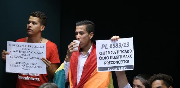 Manifestantes seguram cartazes durante votação do parecer do relator do Estatuto da Família em comissão especial na Câmara Federal - Gilmar Felix / Câmara dos Deputados