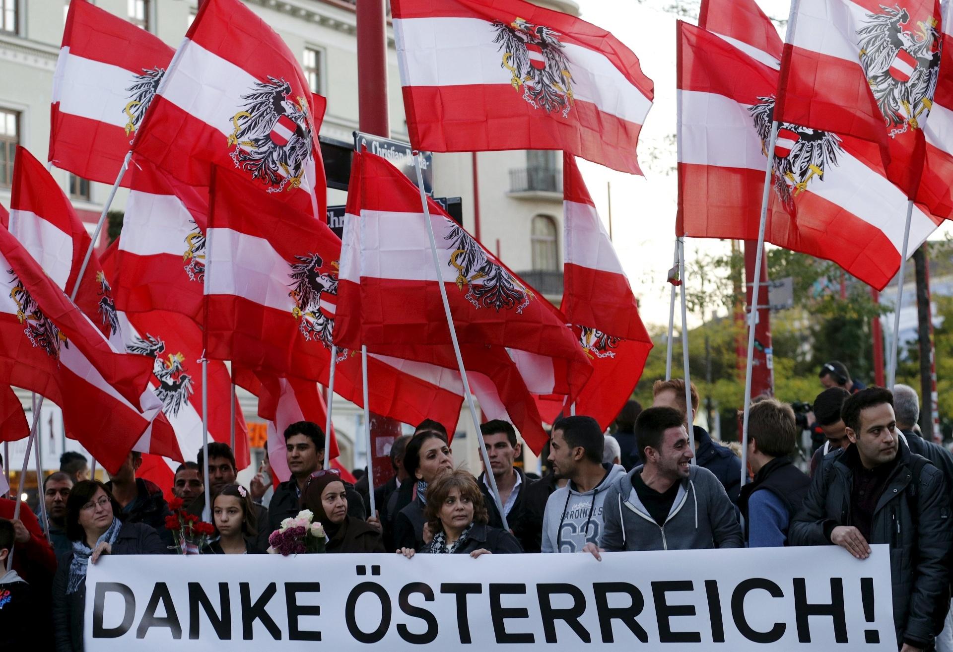 28.set.2015 - Manifestação, com grande participação de refugiados sírios, em prol do apoio austríaco aos refugiados. No cartaz, aparece