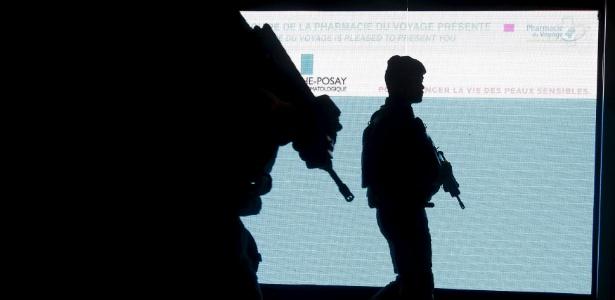Soldados franceses fazem patrulha dentro de aeroporto em Paris - Eric Gaillard/Reuters