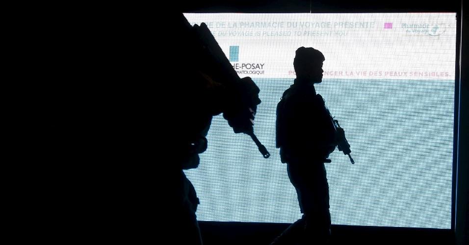 22.nov.2015 - Soldados franceses fazem patrulha no aeroporto Charles de Gaulle, próximo a Paris, neste domingo (22). A ação de segurança faz parte das medidas tomadas após os atentados terroristas de 13 de novembro