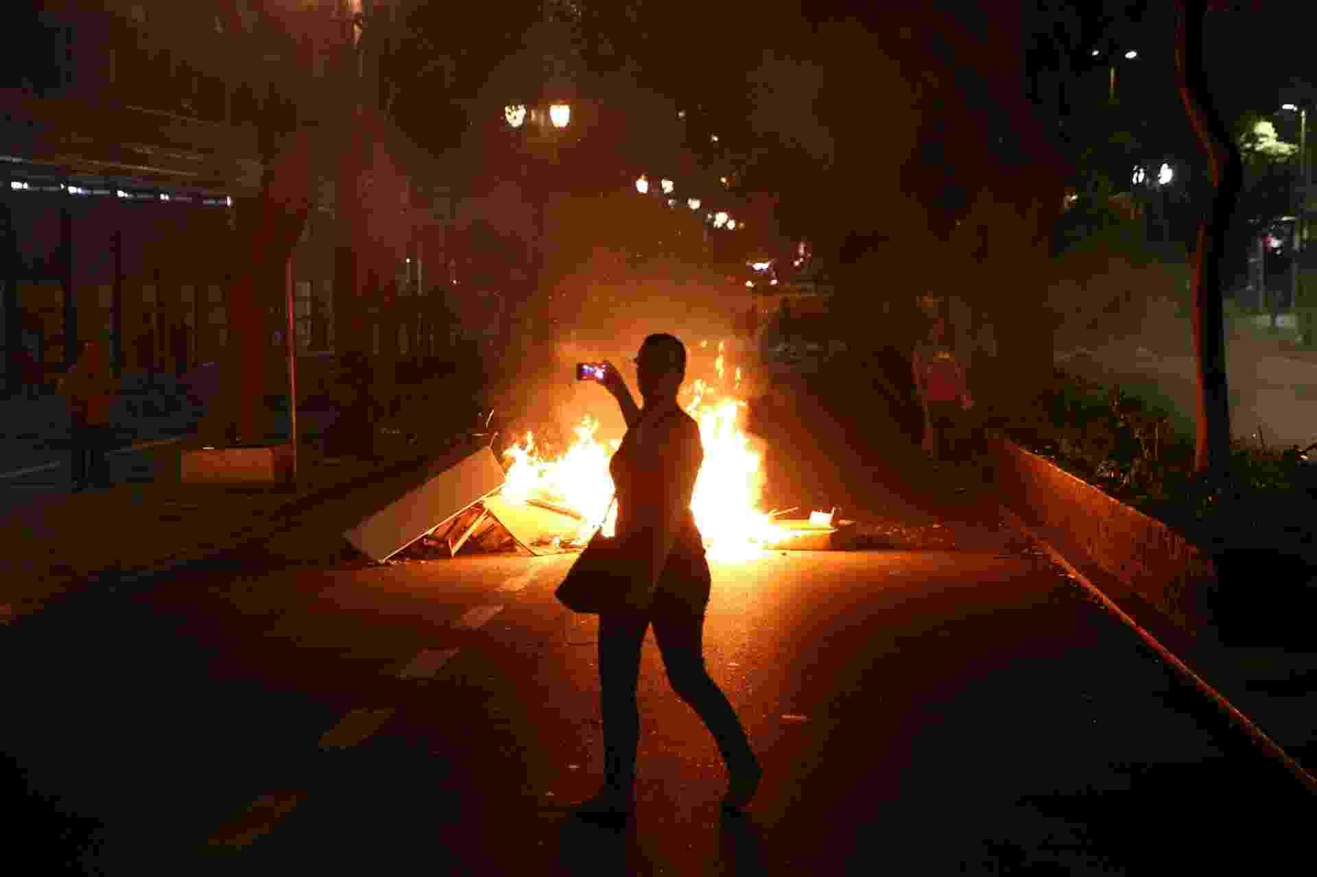 9.dez.2015 - Protesto contra reorganização do ensino público estadual terminou em confusão em São Paulo. Polícia Militar atirou bombas em manifestantes, que incendiaram objetos na região central da capital paulista - Eduardo Anizelli/Folhapress