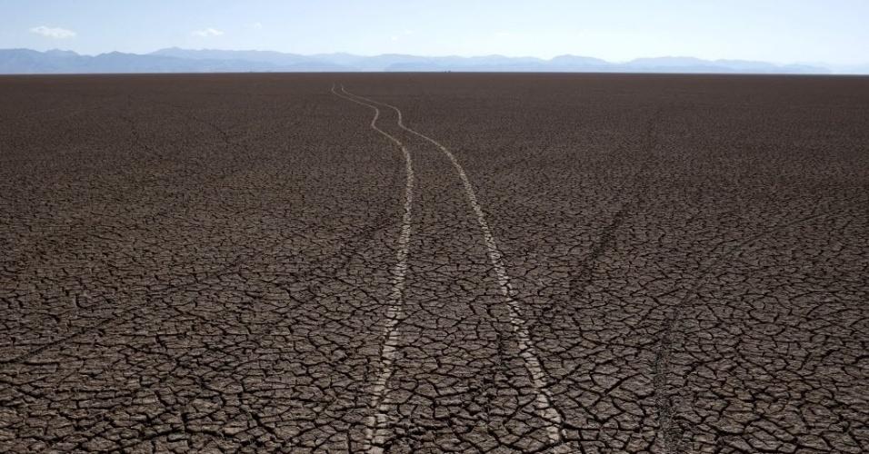 18.dez.2015 - Marca de pneus de carro são vistas agora no solo que costumava ficar coberto pelas águas do lago Poopó, em Oruro, na Bolívia. O lago secou e os pescadores da região perderam o sustento. Em entrevista à Reuters, um pescador afirmou que o lago costumava ter 2 mil km² e que com a seca a água evaporou de ponta a ponta