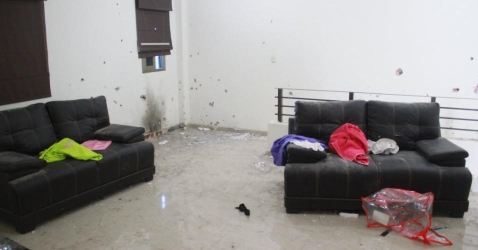 """12.jan.2016 - Buracos feitos por tiros podem ser vistos nas paredes deste cômodo do esconderijo do narcotraficante Joaquín """"El Chapo"""" Guzmán, em Los Mochis, no Estado de Sinaloa, no México. A imagem foi feita na segunda-feira (11). El Chapo tentou escapar por um túnel, roubou um carro para tentar sair da cidade, mas após a denúncia de roubo por parte da vítima, fuzileiros navais iniciaram perseguição que acabou com a prisão do traficante mais procurado do mundo"""