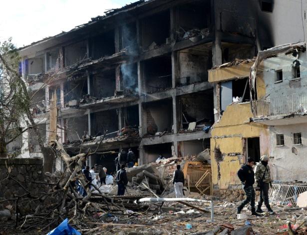 Polícia turca examina destroços de prédio atingido por explosão