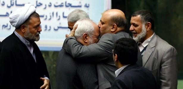 Membros do parlamento iraniano congratulam o ministro do Exterior Mohammad Javad Zarif (que, na foto, aparece sendo beijado) depois que sanções internacionais contra o país foram canceladas