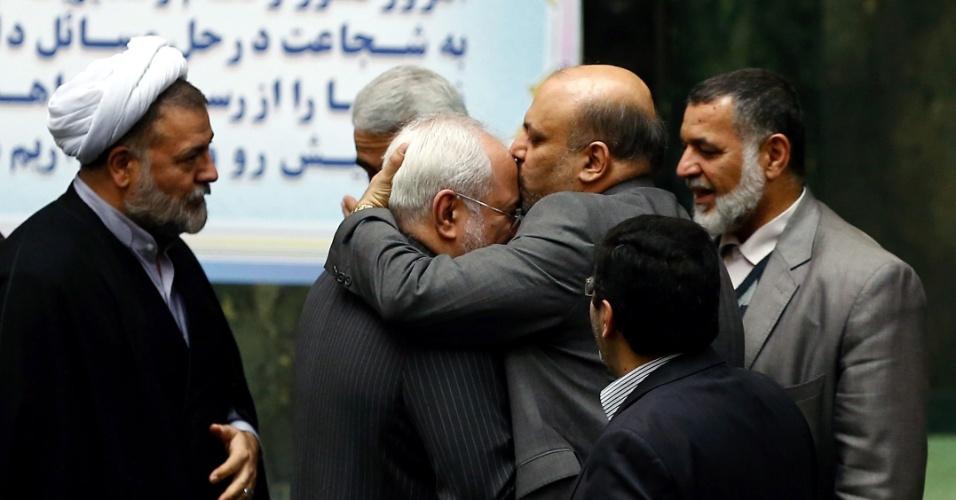 17.jan.2016 - Membros do parlamento iraniano congratulam o ministro do Exterior Mohammad Javad Zarif (que, na foto, aparece sendo beijado) depois que sanções internacionais contra o país foram canceladas