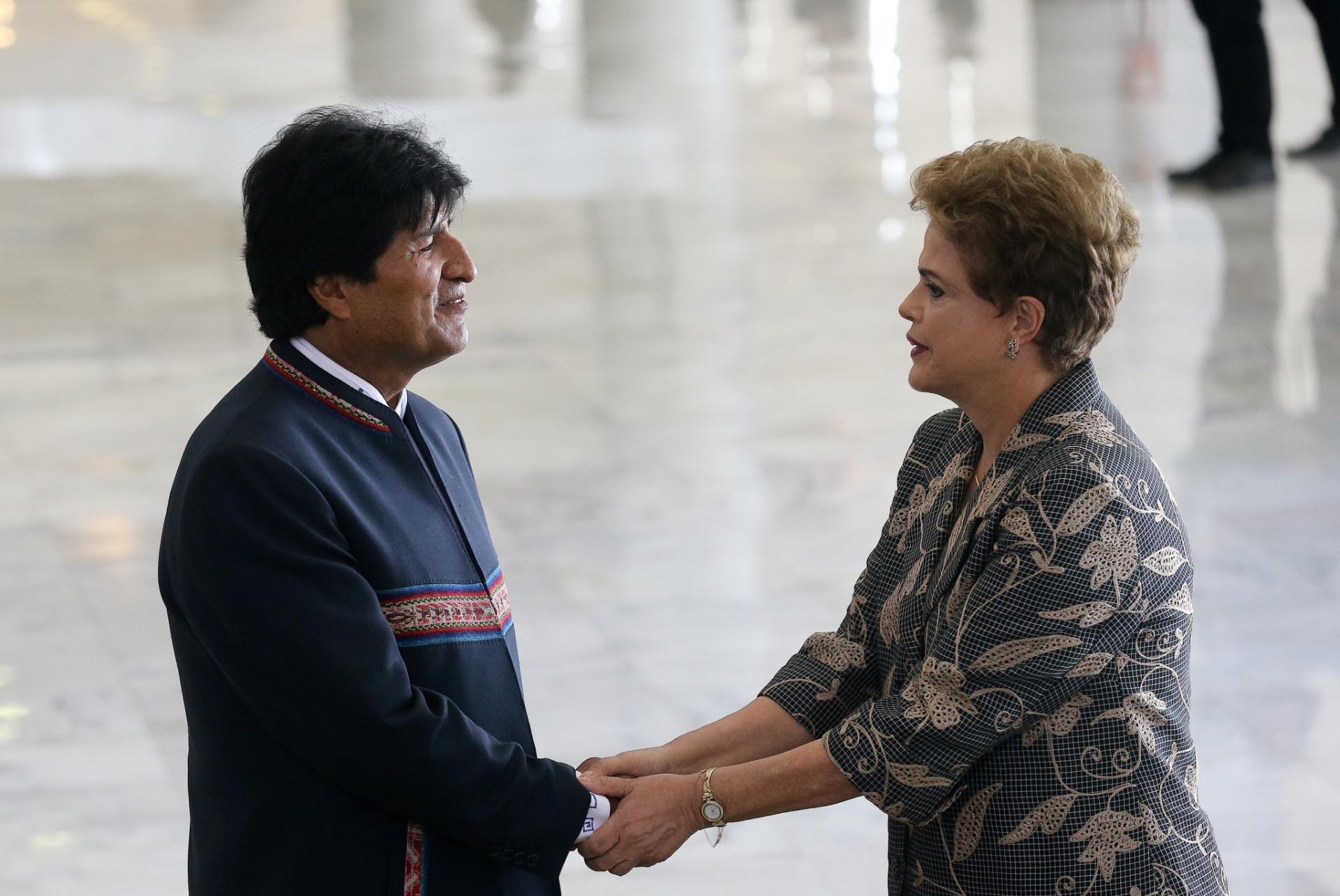 2.fev.2016 - A presidente Dilma Rousseff recebe o presidente da Bolívia, Evo Morales, durante cerimônia oficial de chegada no Palácio do Planalto em Brasília (DF). Esta é a primeira visita oficial de Morales ao Brasil desde que Dilma tomou posse em 2011. Segundo o Ministério das Relações Exteriores, a visita tem por objetivo reforçar e dinamizar os mecanismos de coordenação política e econômica