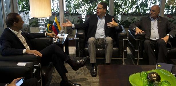 Paulo Skaf, da Fiesp, recebe Luis Florido (c) e Williams Dávila (dir) em SP - Nelson Almeida/AFP
