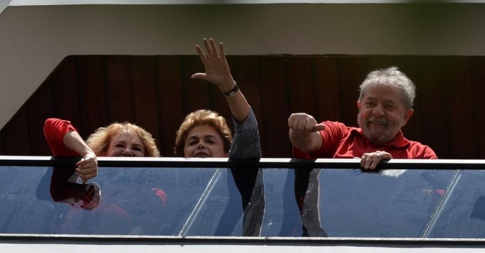 5.mar.2016 - A presidente Dilma Rousseff chegou no início da tarde deste sábado ao prédio onde mora o ex-presidente Luiz Inácio Lula da Silva para visitá-lo. Ao chegar ao local, Dilma abaixou o vidro do carro e acenou para os simpatizantes que fazem vigília, desde 9h, em frente à residência do ex-presidente. Na foto, Dilma acena para simpatizantes ao lado de Lula e da mulher dele, Marisa